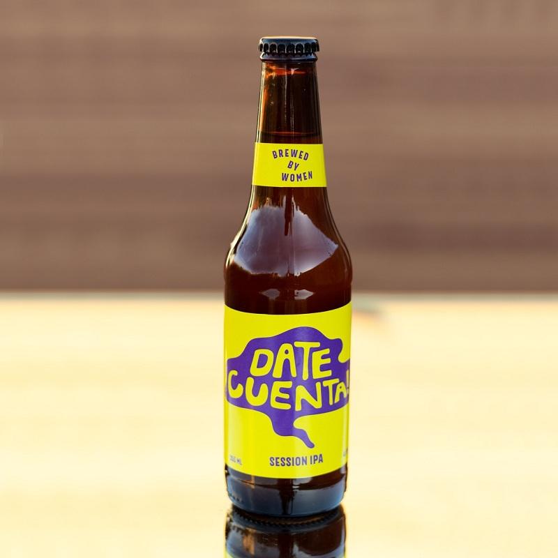 La botellita de 350 ml de la cerveza Date Cuenta que se lanzará al mercado el próximo sábado en un evento especial. Una etiqueta poco convencional y diferente.