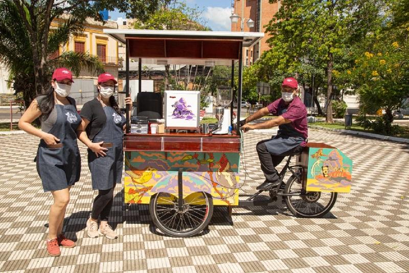 Alicia González, centro, junto a su cuñada Patricia Pereira y Adrián Torres, el barista ciclista posando junto al Coffe Bike, con el cual recorre algunas plazas.