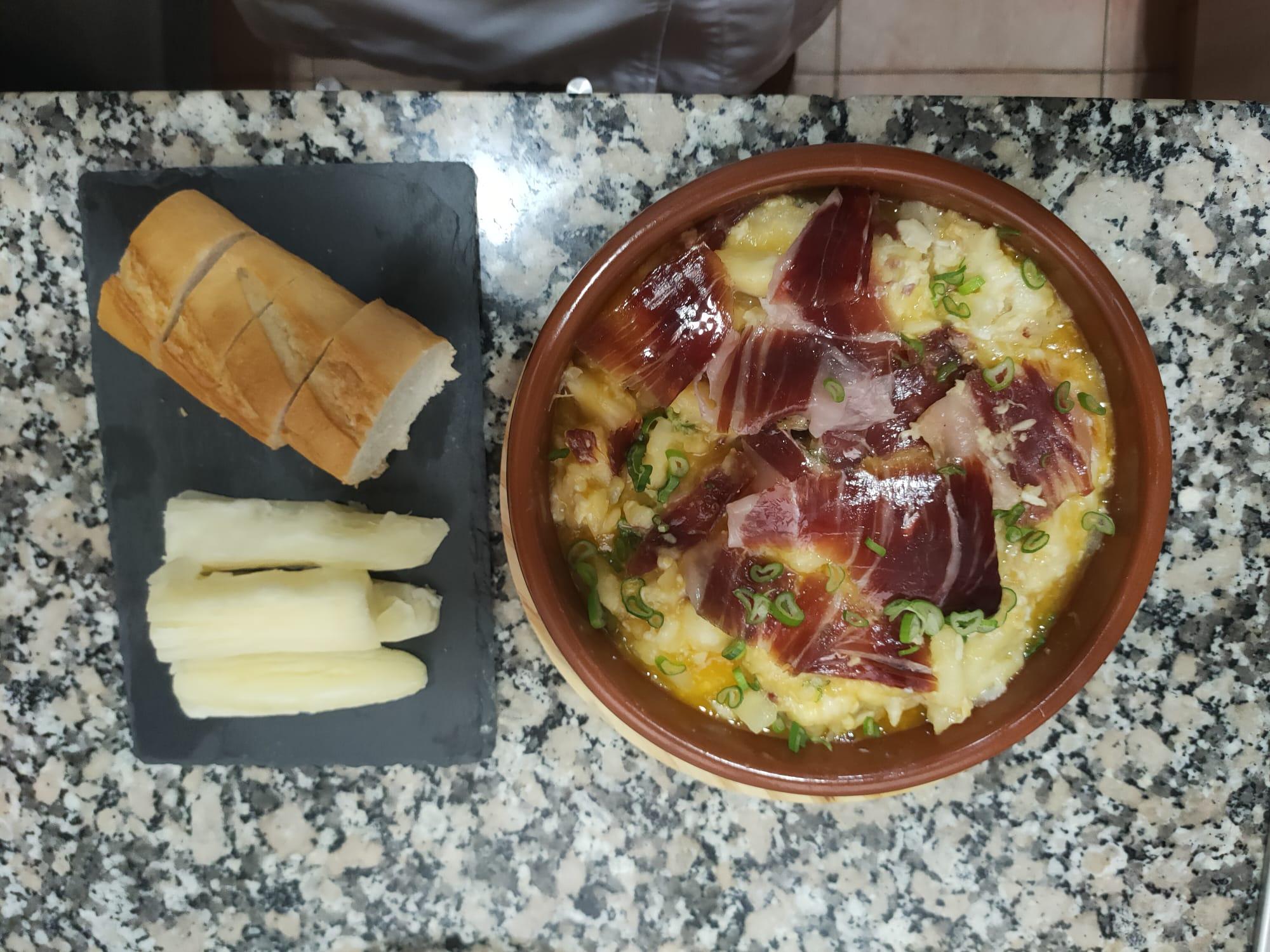 Huevo estrellado de yuca con jamón ibérico o sea el famoso mandi´o chyryry con huevo.