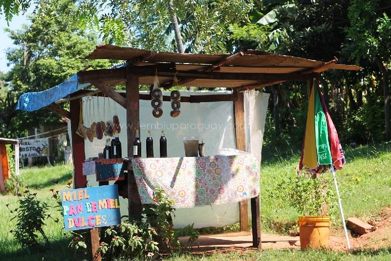 Uno de los típicos puestos que existen en la ruta 1 a la altura de Itá, donde venden la torta hu, que vemos colgados con su clásica forma de pequeños budines.