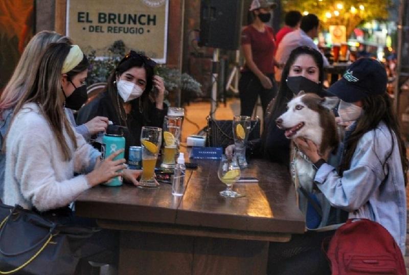 Una foto de archivo que muestra como la gente se volcó a las calles apoyando a los bares y restaurantes. Hoy, mañana y el domingo, aprovechando los feriados patrios es una oportundiad propicia para repetir la experiencia. (Foto gentileza de la Municipalidad de Asunción).