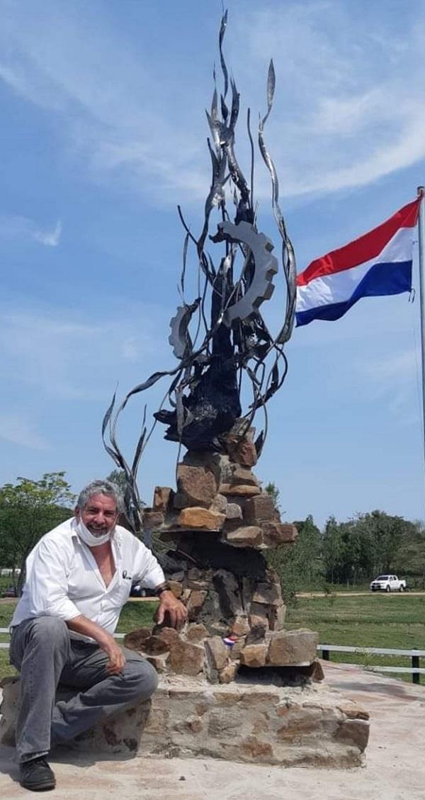 Sebastián Guggiari posando junto a una de sus últimas esculturas.