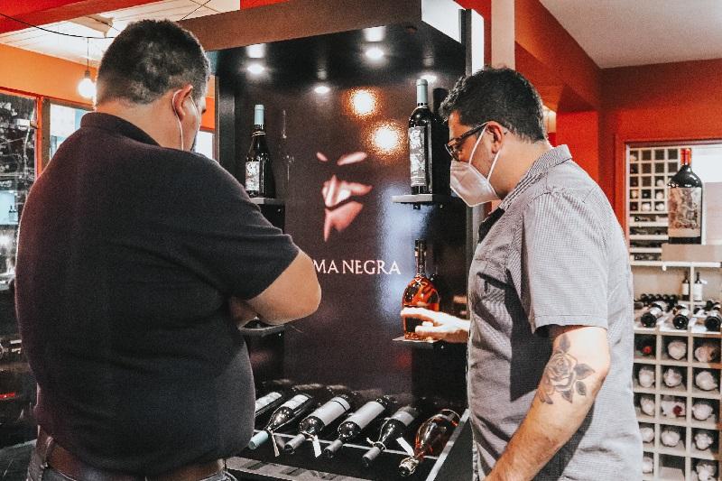 Cada jueves se realiza en el show room de Frutos de los Andes una cata gratuita abierta al público con las etiquetas representadas por la firma.