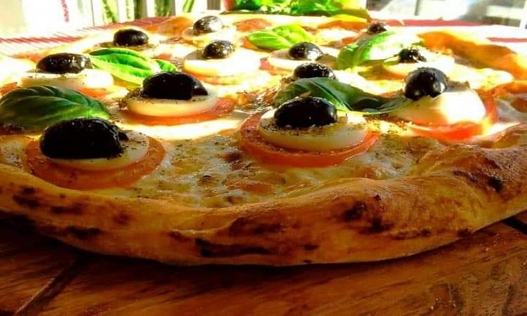 Di Masino. Di Masino: masa artesanal, horno de piedra con ingredientes al estilo Di Masino y colores de la bandera italiana.