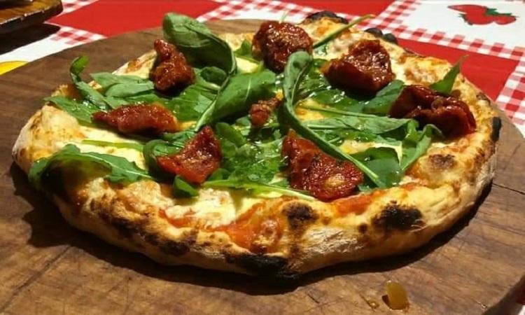Massimiliano Corsi. Pizza pomodori secchi rucola. Puré de tomate, mozzarella fior di latte, rúcula y tomate seco.