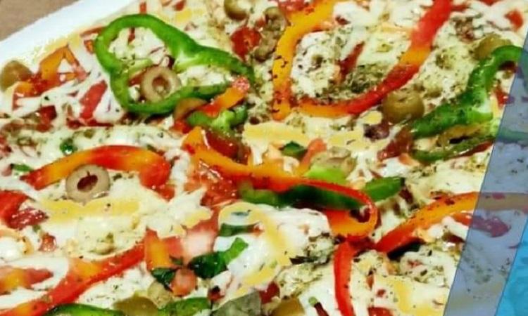 Tu Espacio Pizza: Pizza a la siciliana, contiene salsa de tomate, mozzarella, salami, tomate, albahaca, aceituna, locote verde.