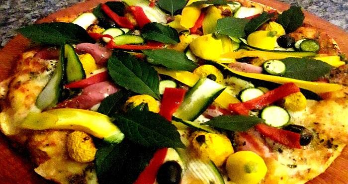 Vare 'a Off. Giardino estivo: salsa fresca, tomate, mozzarella, zucchini courguettes, jamón ahumado, provolones, aceitunas, morrones, oliva, albahaca, provolone.