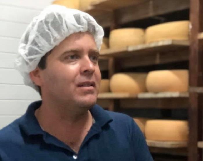 Diego Brítez, 32 años, ingeniero agrónomo, casado, dos hijo, es el fundador de Procole y creador de la ruta del queso. Posa en el interior de la cámara de maduración y almacenamiento. Atrás se pueden ver las ruedas que deben permanecer allí por un minimo de seis meses.