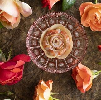 Uno de los platos que presentó en Madrid Fiusion. Se trata de unos langostinos, con pétalos de rosa con fermentación láctica, con una leche de almendras y ruibarbo, y lleva unas gotas de esencia de rosas.
