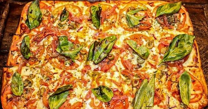 Guggiari arte+pizza. Napolitana con albahaca: mozzarella, tomate, jamón crudo, toques de aceituna y albahaca.