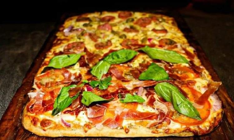 Guggiari. Campionesa hermann: roquefort, cebolla, tomate, jamón serrano, aceitunas y albahaca, chorizo picante.