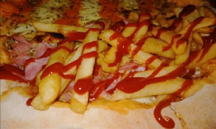 Nappo´s Pizza. Super queso Belga: Masa casera, salsa pomodoro, mozzarella, jamón, queso catupiry y cheddar, papas fritas, ketchup.