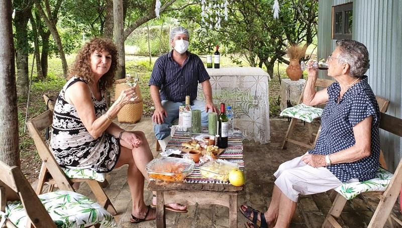 Diego junto a otros visitantes que se turnan en pequeños grupos para visitar la quesería. Esta es ya la etapa final. La degustación y el brindis.