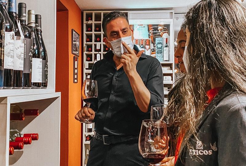 El sommelier de Frutos de los Andes, explicando las caracterisitcas de los vinos degustados la semana anterior.