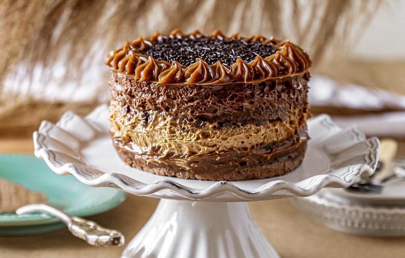 """La tradicional torta de chocolate. Las tortas de Laura tienen un estilo goloso, abundante dulce de leche, chocolate y leche condensada. """"La torta tiene que ser rica"""", argumenta."""
