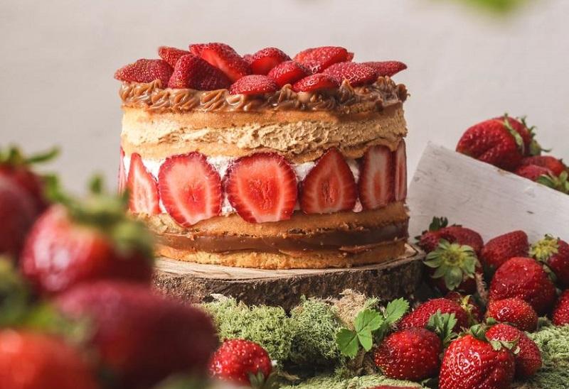 Torta de frutilla, con frutos de la temporada, bizcochuelo de vainilla, relleno de dulce de leche, chantilly.