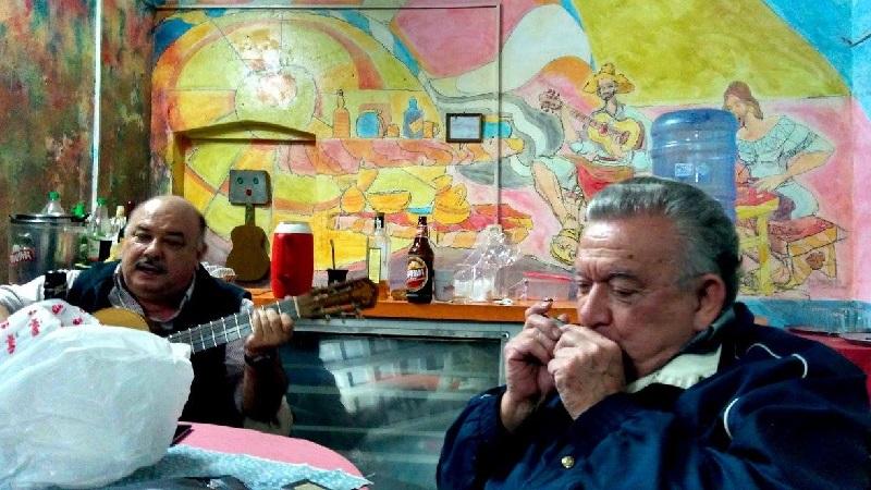 El bar es modesto, sencillo, rústico, pero está engalanado con murales de conocidos artistas que allí se reúnen con músicos y bohemios dando vigencia a una parrillada como las de antes.