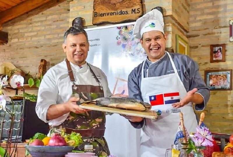 Juan Angel Villamayor, aparece aquí junto a su hermano Mario, chef del grupo Talleyrand. Juntos tienen un programa de televisión sobre cocina.