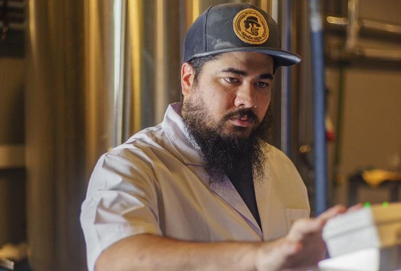 Hugo Simón Alviso, manejando las máquinas de la micro cervecería Simón Dice. Ahora también adquirió Euro Shop, uno de los mayores beer stores de la ciudad.