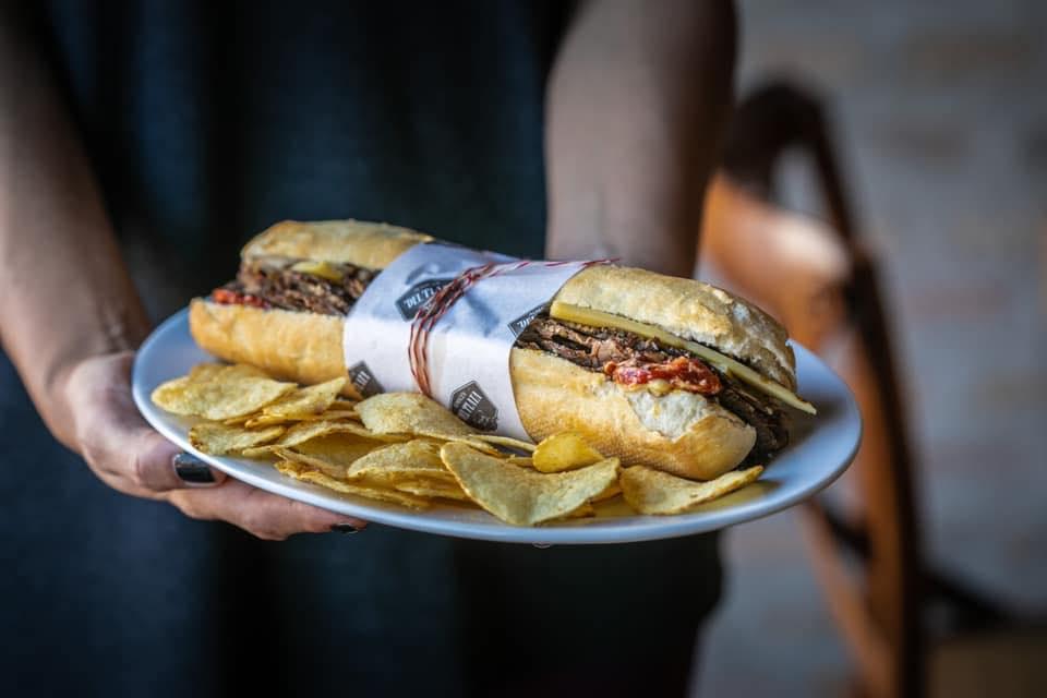 El tradicional sandwich de pan baguette de Almacén del Plata, convertido en un clásico que ahora vuelve al mercado.