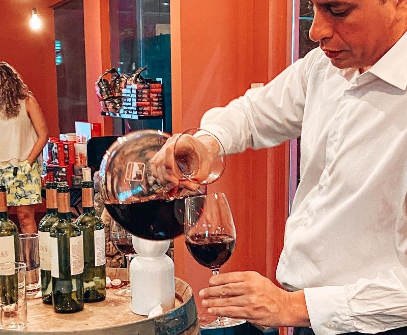 El sommelir Santiago Canuto dirigiendo una de las últimas catas del Discover Wine.