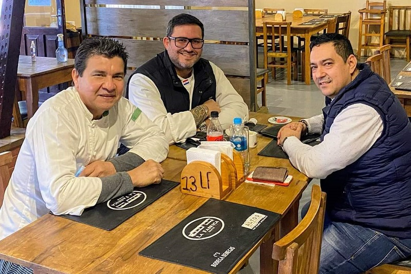 Derlis Bogado, centro, junto a Pedro Cáceres (der) y Fredy Coronel, tres pesos pesados de la gastronomía local.