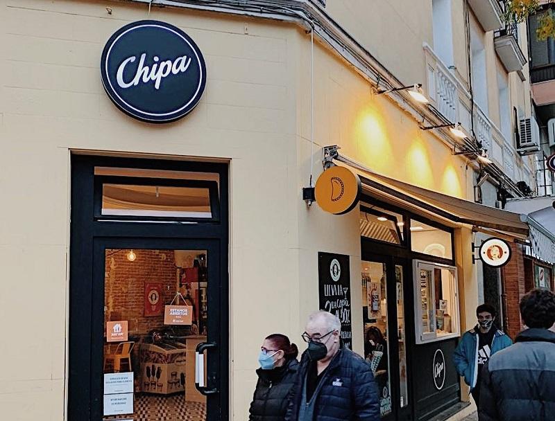 Este es uno de los locales de Chipa en Madrid, España. Allí venden empanadas argentinas y la chipa original???. El nombre del local puede ser de fantasía pero puede ser también el nombre de la marca de sus productos con lo cual se están avanzando mucho más en ese intento de apropiación de nuestro patrimonio gastronómico.