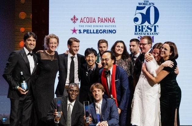 René Redzpi, en cuclillas a la izquierda, junto a todo su equipo recibiendo la nominación para el Noma como mejor restaurante del mundo. Fotos del sitio oficial de The World´s 50 Best Restaurants.